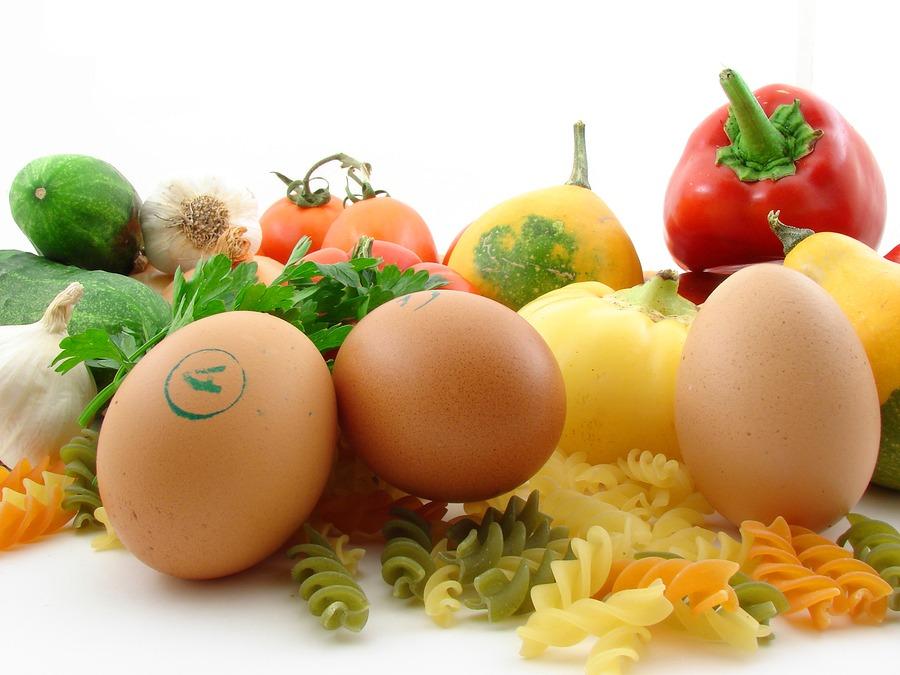 Imagem Com Vários Alimentos, Incluindo Alimentos Ricos Em Colágeno Como Ovos E Frutas Vermelhas.